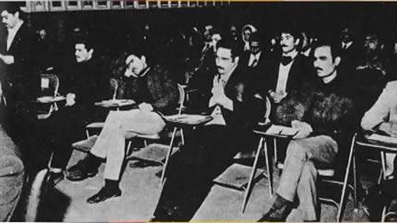 مع عدد من رفاقه فى محكمة الشاه العسكرية